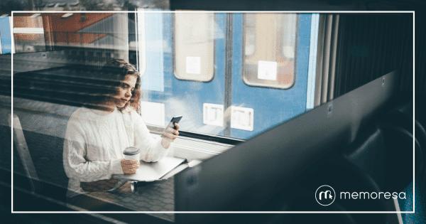 Girl using memoresa mobile App on the train